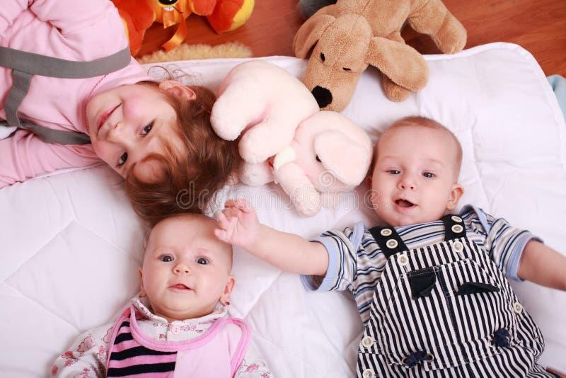 Bambini svegli con i giocattoli fotografie stock libere da diritti