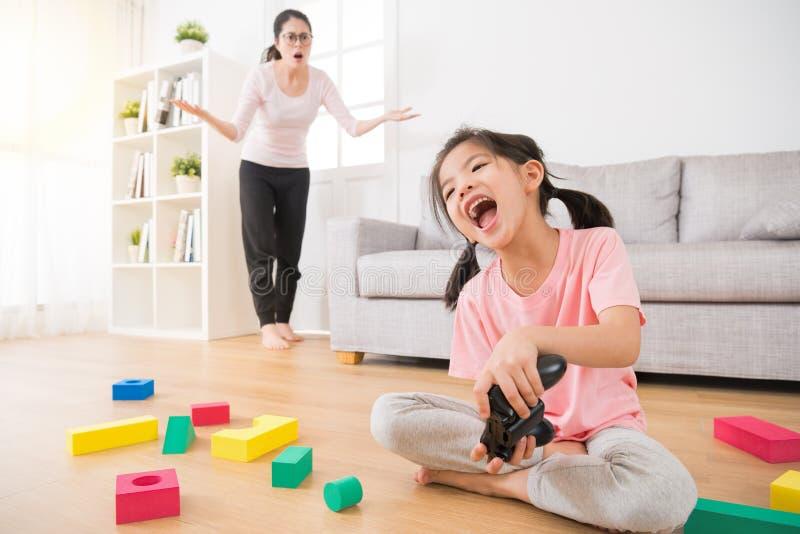 Bambini svegli della bambina con molti giocattoli sudici immagini stock libere da diritti