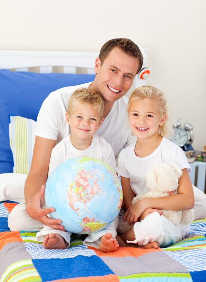 Bambini svegli ed il loro padre immagine stock