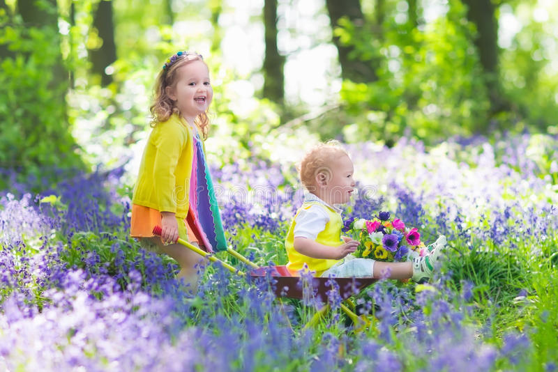 Bambini in un giardino con i fiori di campanula fotografia for Giardino con fiori
