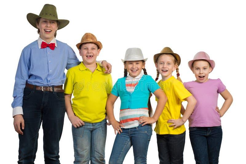 Bambini in una fila, portante un cappello fotografia stock libera da diritti