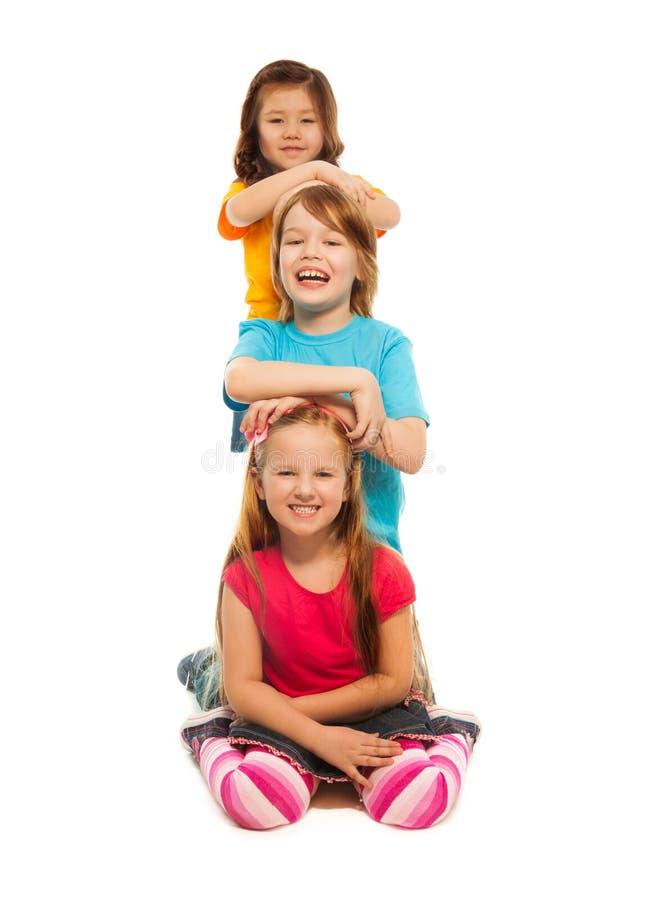 Bambini uno dietro un altro fotografie stock