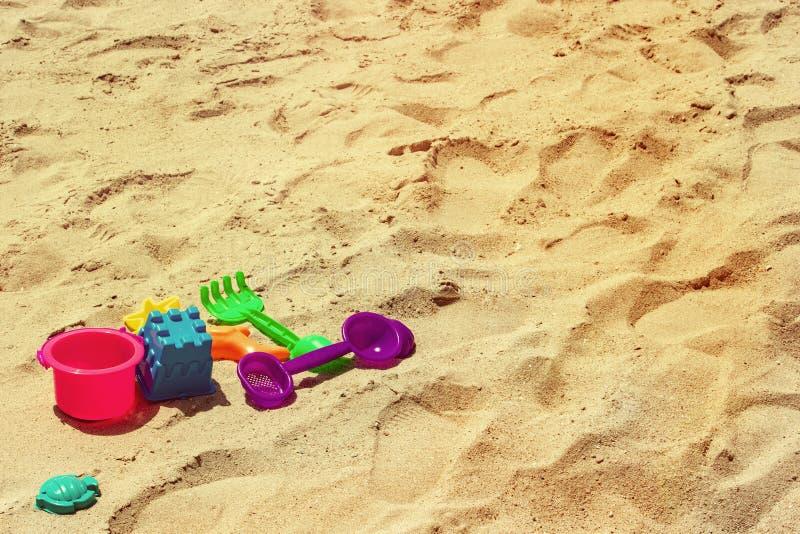 bambini variopinti del giocattolo con il tema d'annata del fondo della sabbia immagine stock libera da diritti