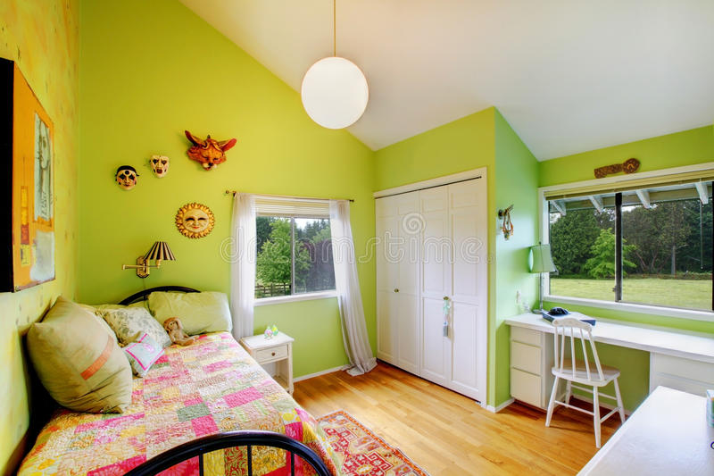 Bambini verdi, mobilia di bianco delle ragazze bedroom.with. immagini stock libere da diritti