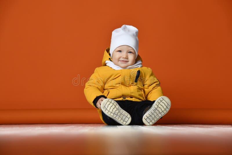 Bambini in vestiti di inverno Bambini in piumini immagini stock libere da diritti