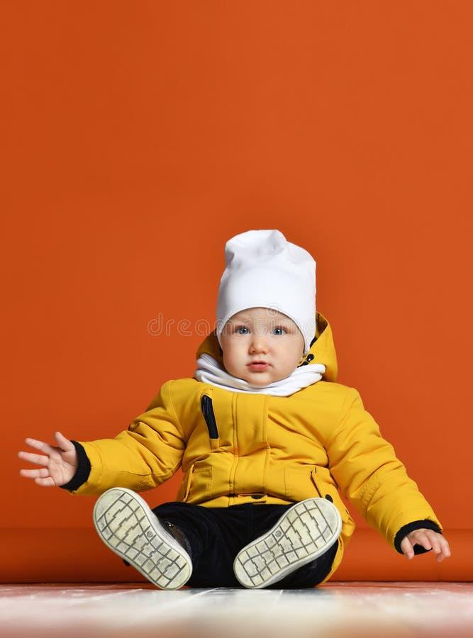 Bambini in vestiti di inverno Bambini in piumini fotografie stock