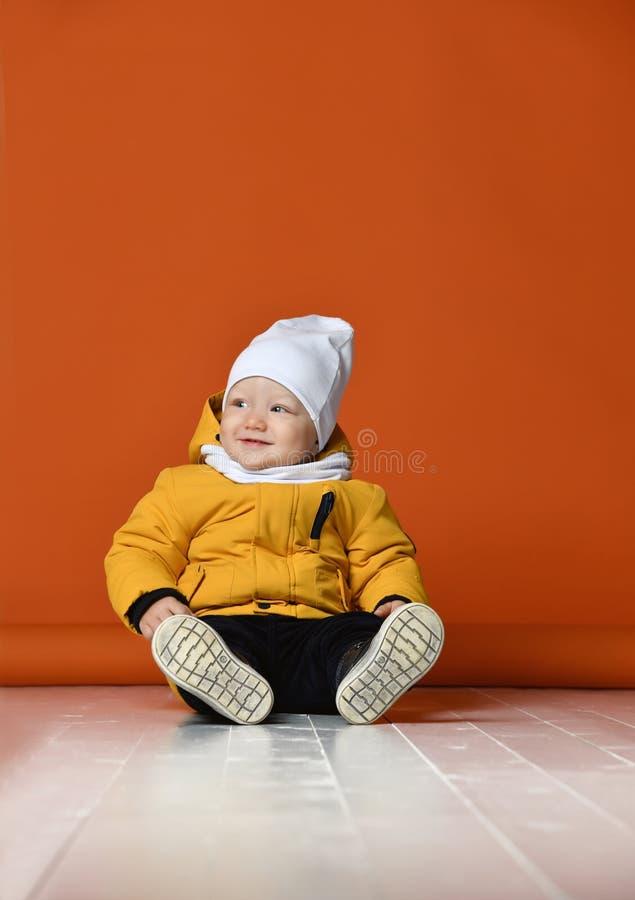 Bambini in vestiti di inverno Bambini in piumini fotografia stock libera da diritti