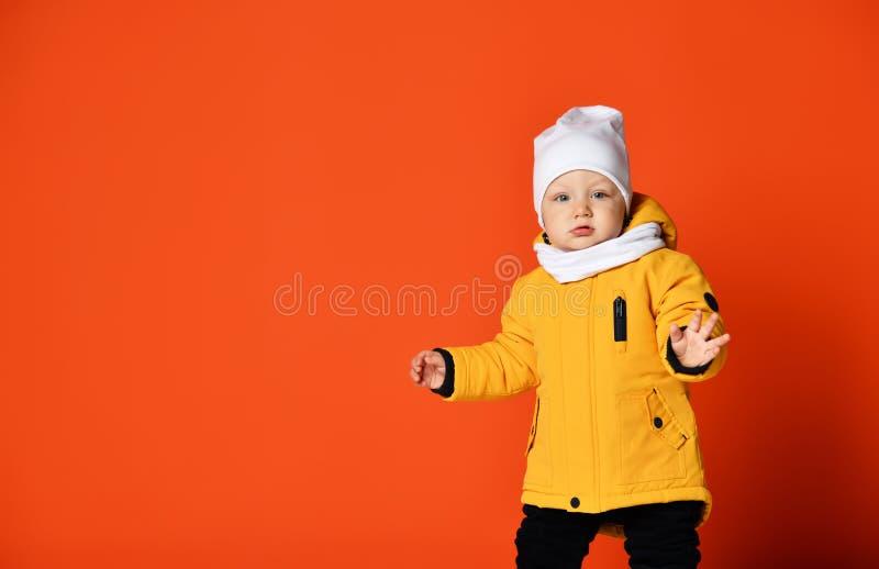 Bambini in vestiti di inverno Bambini in piumini Bambino di modo fotografia stock libera da diritti