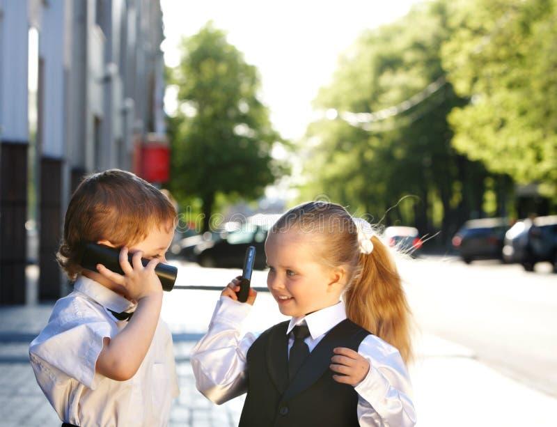 Bambini in vestito di affari all'aperto. fotografia stock
