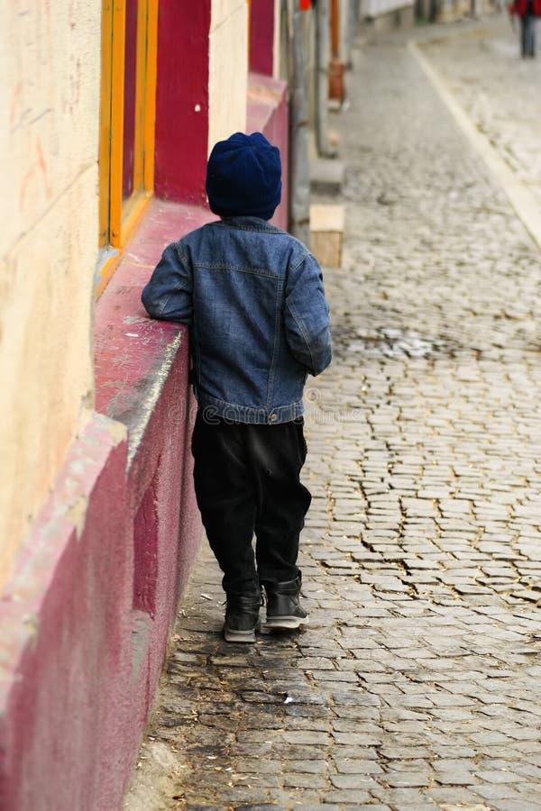 Bambino abbandonato fotografia stock