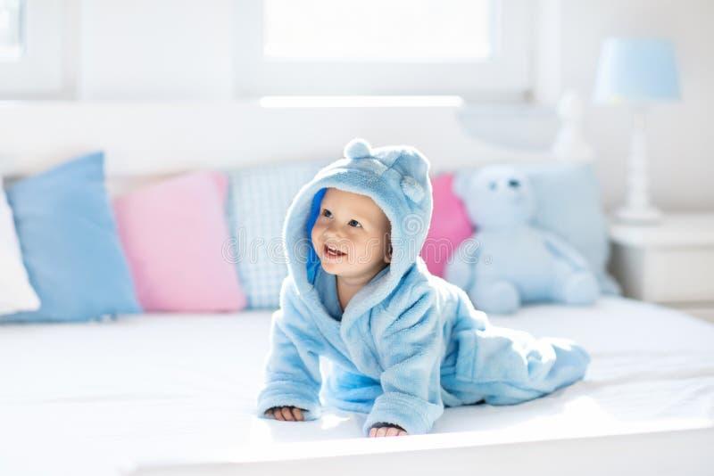 Bambino in accappatoio o asciugamano dopo il bagno fotografia stock libera da diritti