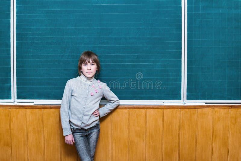Bambino ad un consiglio scolastico vuoto fotografia stock libera da diritti