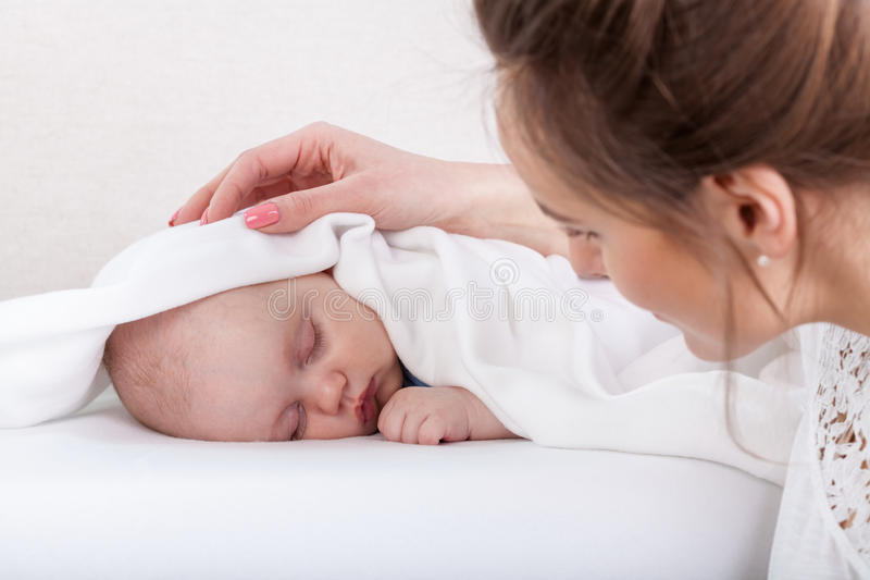 Bambino addormentato e madre preoccupantesi immagine stock libera da diritti