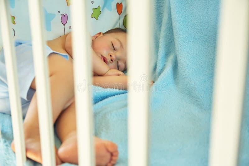 Bambino addormentato in una greppia fotografia stock