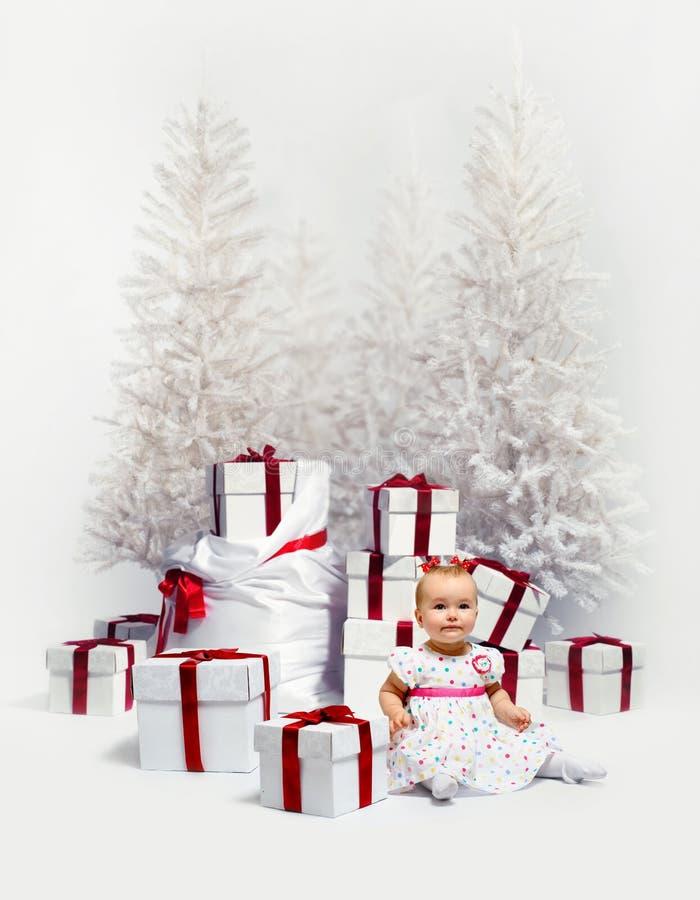 Bambino adorabile sopra gli alberi di Natale fotografie stock libere da diritti