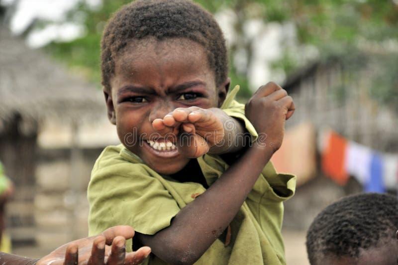 Bambino africano che gioca con le mani felici fotografia stock libera da diritti