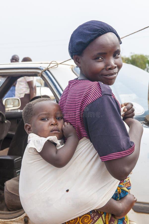 Bambino africano della madre in imbracatura immagine stock libera da diritti