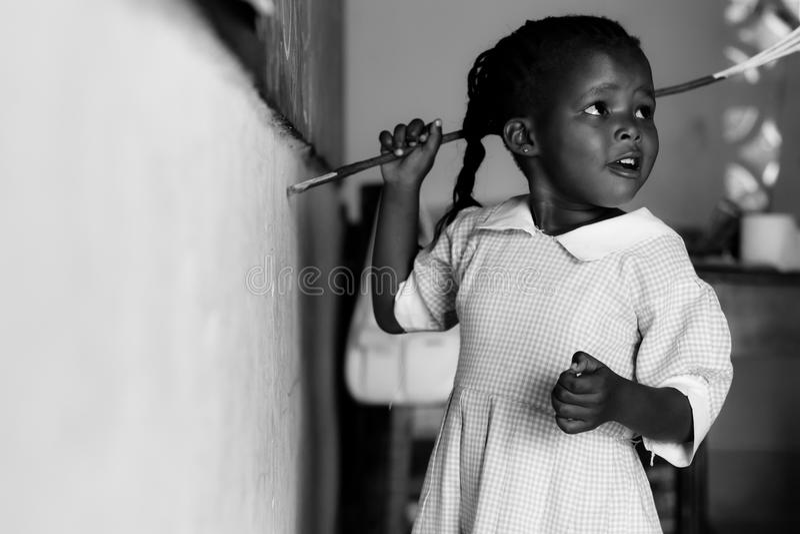 Bambino al banco nel Kenia, bambini africani fotografia stock