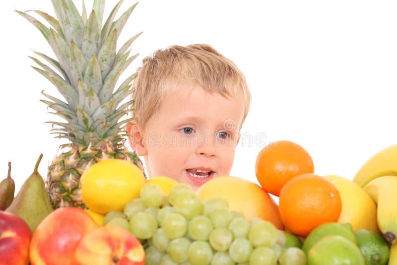 Download Bambino al gusto di frutta fotografia stock. Immagine di isolato - 3143420