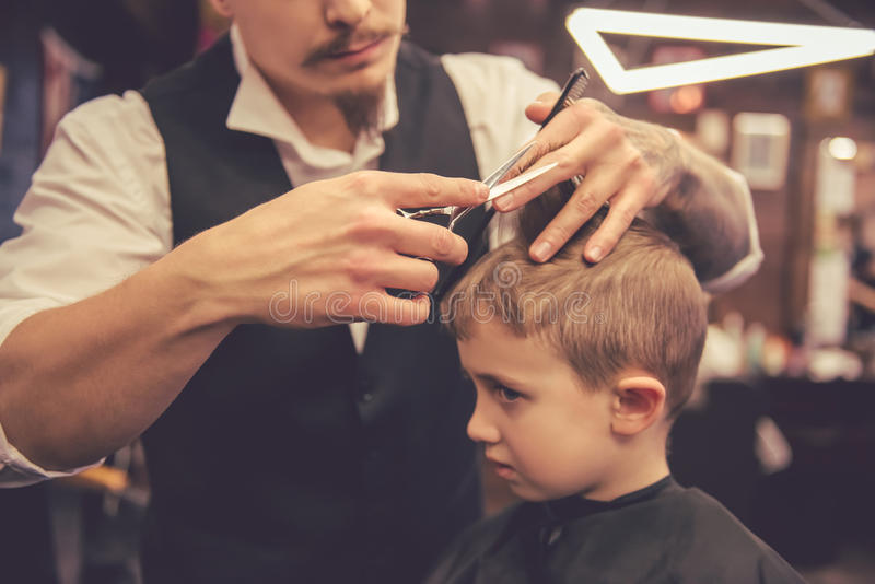 Bambino al negozio di barbiere immagini stock