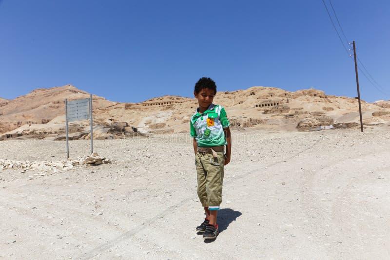 bambino al tempio di karnak - Egitto immagine stock libera da diritti