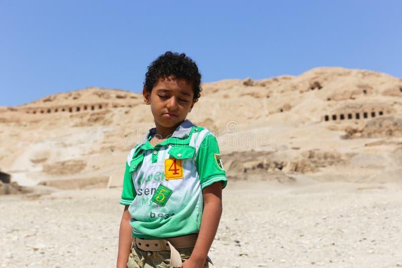 bambino al tempio di karnak - Egitto fotografie stock libere da diritti
