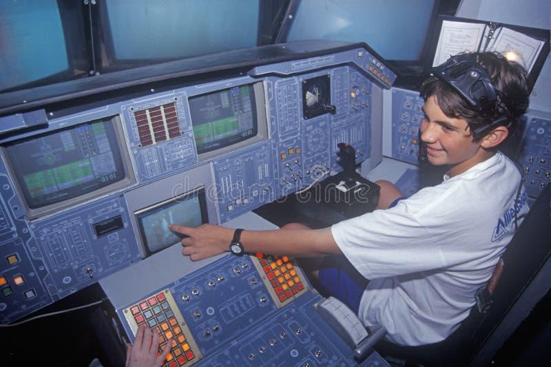 Bambino alla cabina di pilotaggio simulata educativa della navetta spaziale al campo dello spazio, George C Marshall Space Flight immagine stock libera da diritti
