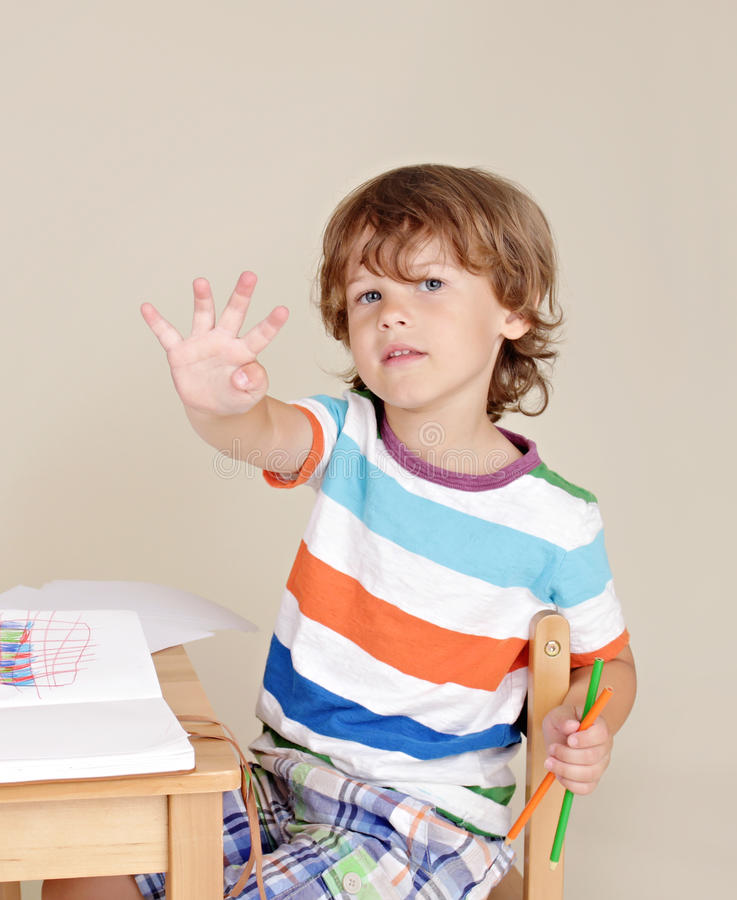 Bambino alla domanda di risposta della scuola immagine stock