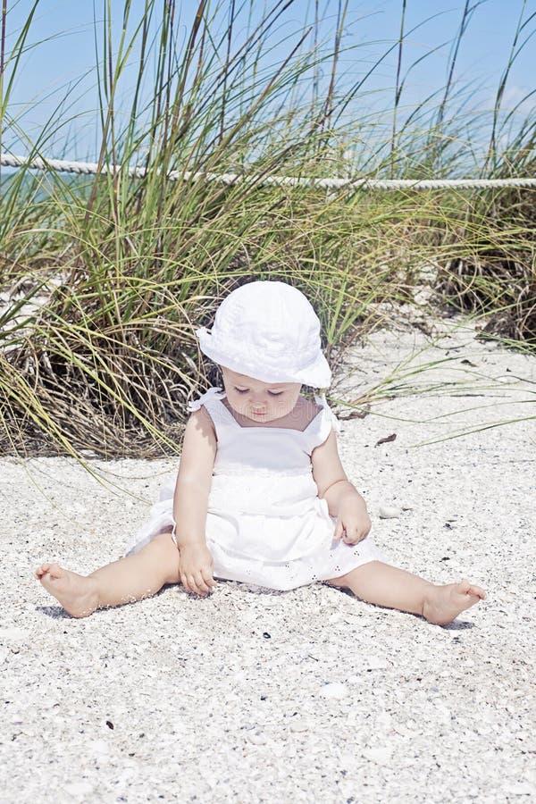 Bambino alla spiaggia fotografia stock