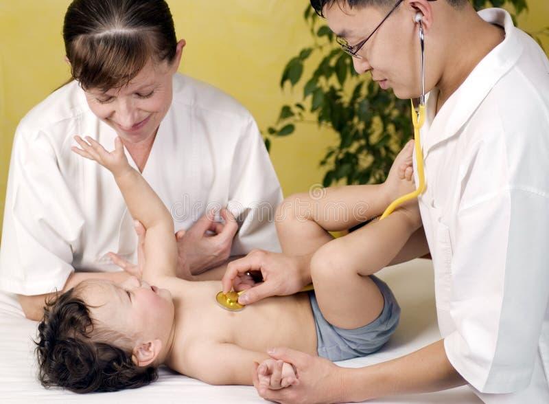 Bambino allegro al medico. immagine stock libera da diritti