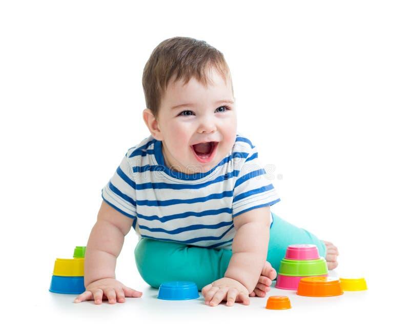 Bambino allegro che gioca con il giocattolo variopinto immagini stock libere da diritti