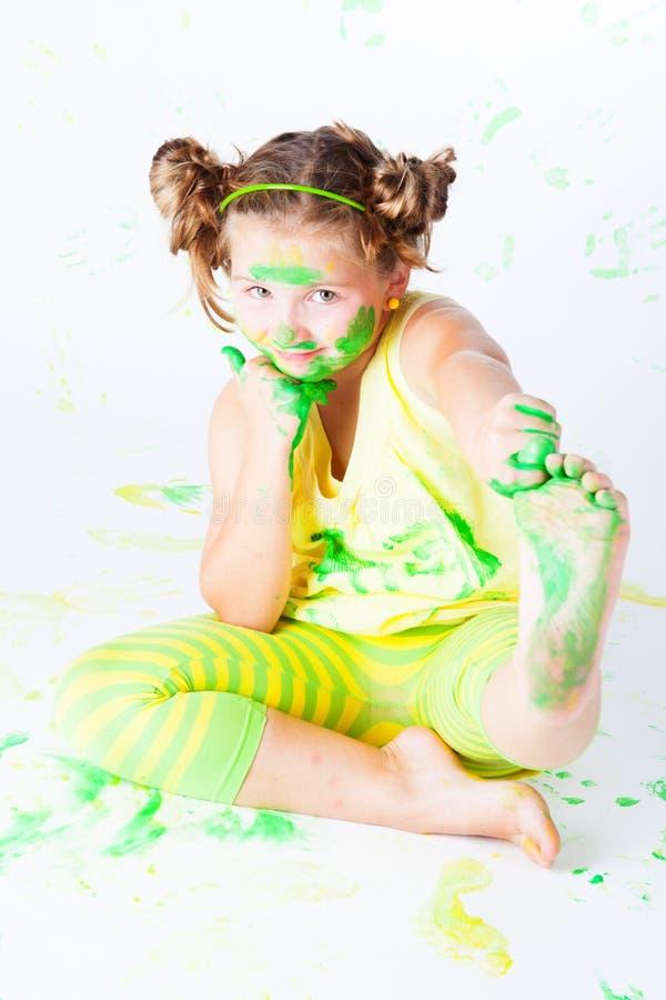 Bambino allegro con vernice fotografie stock libere da diritti