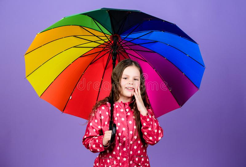 bambino allegro dei pantaloni a vita bassa nell'umore positivo Piccola ragazza in impermeabile Autumn Fashion Protezione di piogg immagine stock