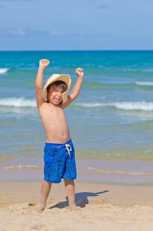 Bambino allegro nella spiaggia immagine stock libera da diritti