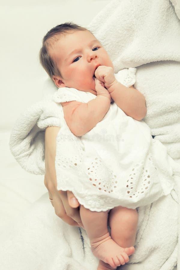 Bambino appena nato sveglio fotografie stock libere da diritti