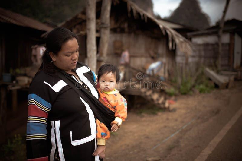 Bambino in arancia con la mamma immagine stock