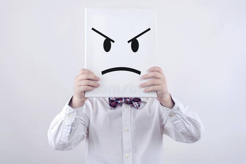 Bambino arrabbiato con il bordo bianco fotografia stock