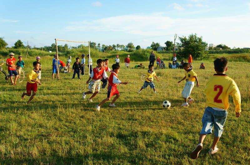 Bambino asiatico che gioca a calcio, educazione fisica immagini stock