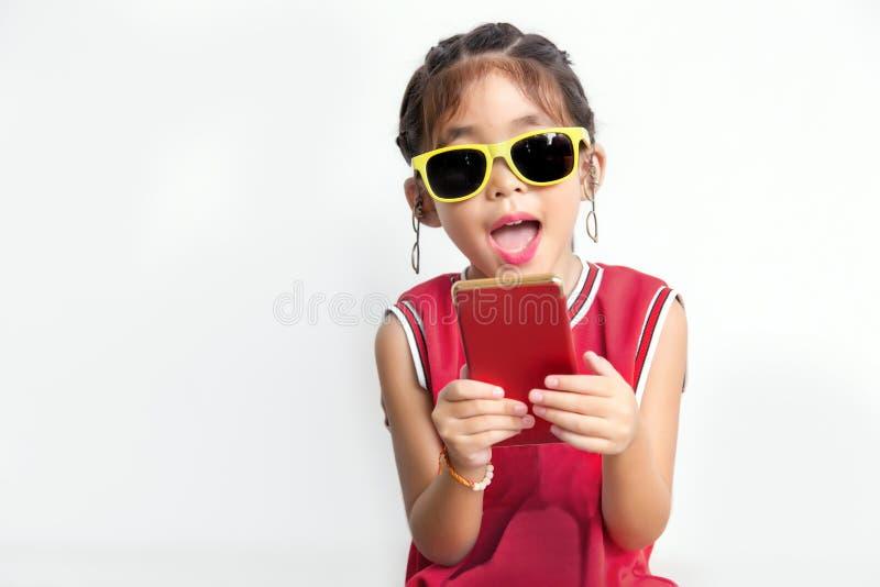 Bambino asiatico con modo della camicia di sport e di vetro di sole fotografia stock