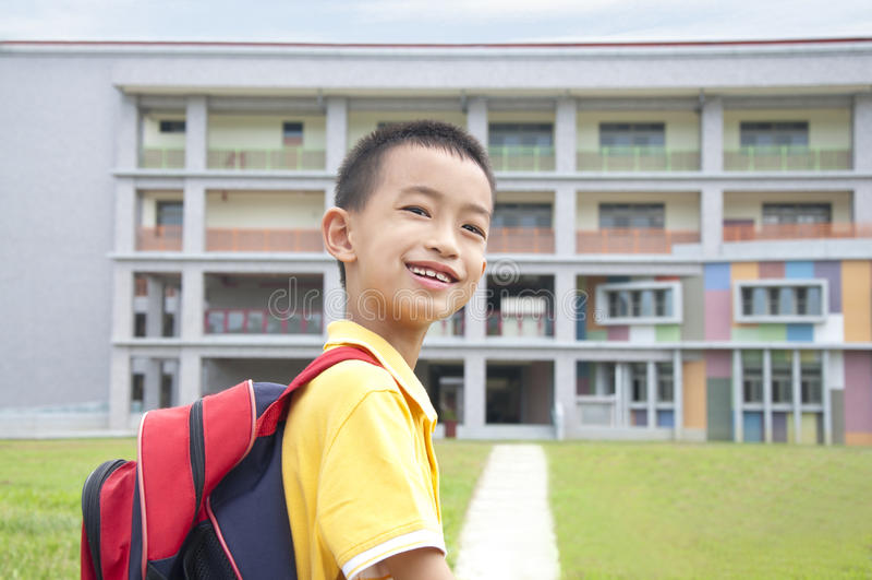 Bambino asiatico felice di andare al banco fotografie stock