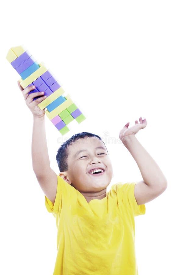Bambino asiatico fiero che mostra fuori la sua creazione immagini stock libere da diritti