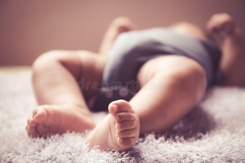 Bambino asiatico neonato del ragazzo che dorme su simile a pelliccia bianco fotografia stock libera da diritti