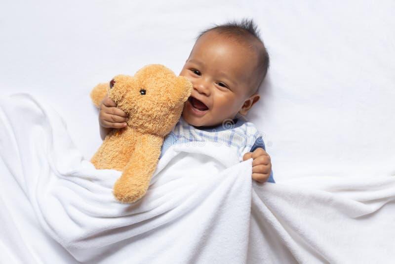 Bambino asiatico neonato del ragazzo che dorme su simile a pelliccia bianco fotografia stock