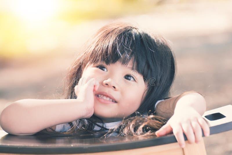 Bambino asiatico sveglio che sorride nel giardino fotografie stock