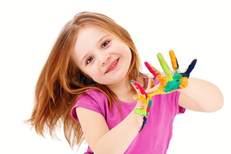 Bambino astuto che gioca con i colori immagini stock