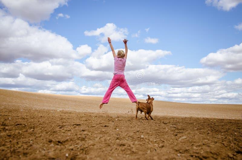 Bambino attivo e cane fotografia stock libera da diritti