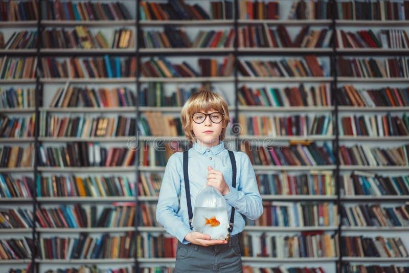 Bambino in biblioteca fotografie stock libere da diritti