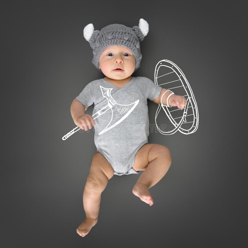 Bambino in cappello del ` s di vichingo che finge è un guerriero reale di vichingo immagine stock libera da diritti