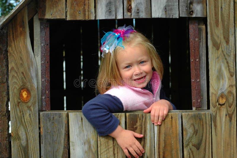 Bambino in casa di legno fotografie stock libere da diritti