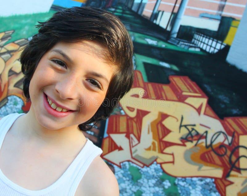Bambino caucasico sui graffiti immagine stock libera da diritti